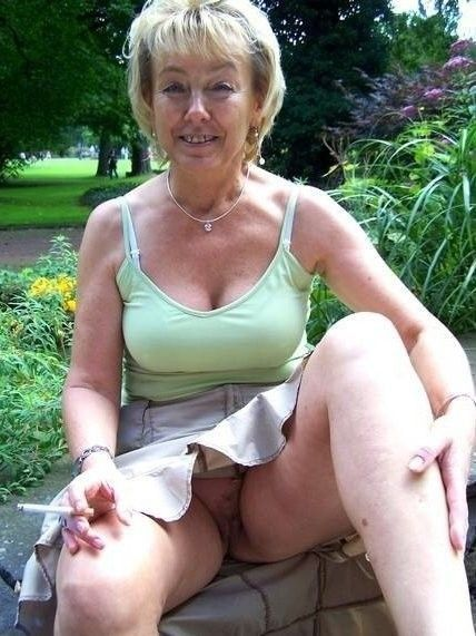 vieille femme cochonne sous les jupes sans culotte