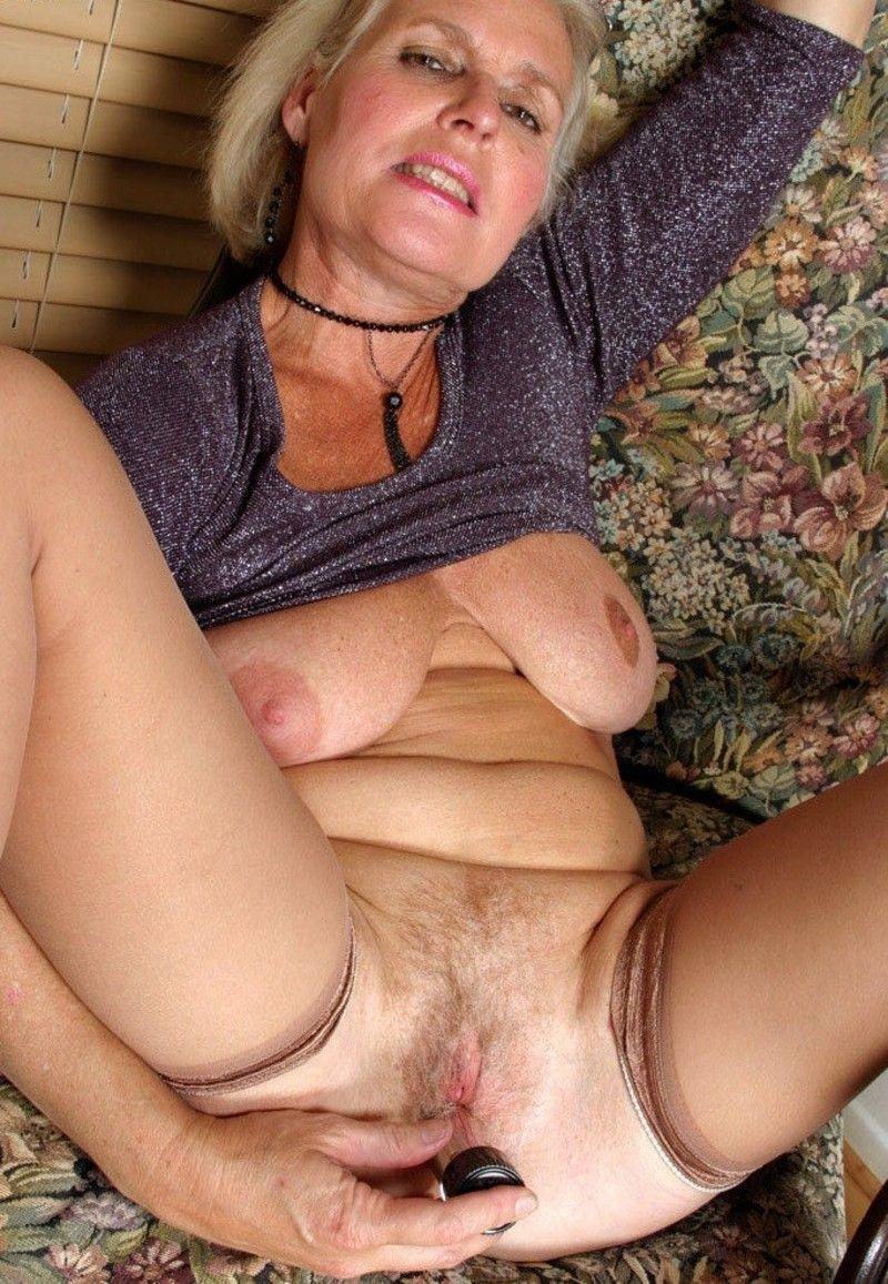 vagin de vieille vieille qui se gode
