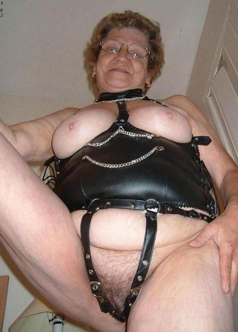 Vieille dame s chatte