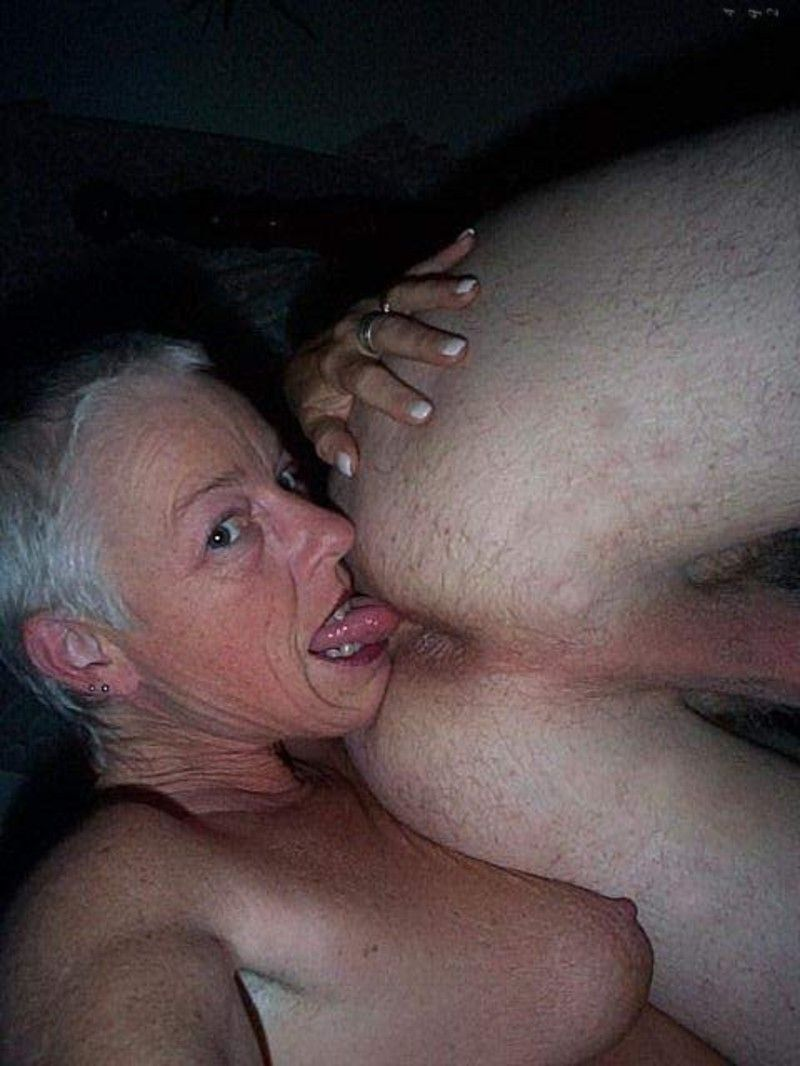 Mamie lche les couilles d'une jeune amant - Sexe Poil