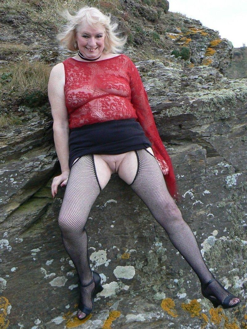 salope mini jupe salope de vieille