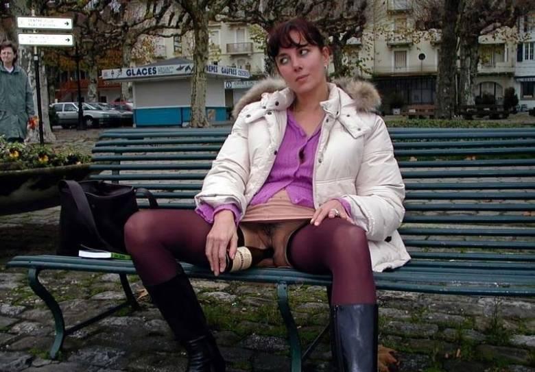 Elle se masturbe en cachette en public - free watch and