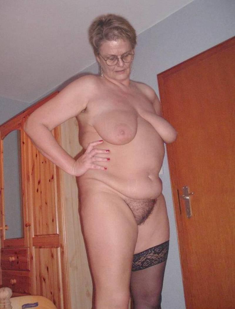 Femme nue montrant seins