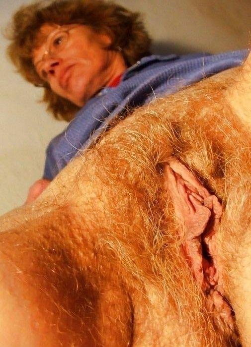 Une mature branle sa chatte poilue
