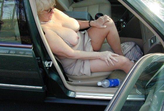 vieille salope en voiture doit dans le cul